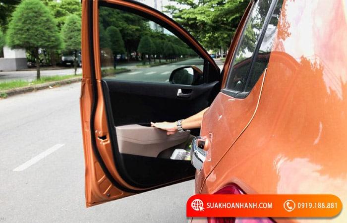 Cách khóa cửa xe ô tô nhanh nhất